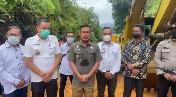 Wabup Labura Tinjau Perbaikan Jalan Desa Kuala Beringin