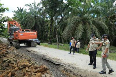 Bupati HYS dan Wabup HST Turun Langsung Cek Pengaspalan di Tanjung Pasir