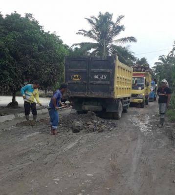 PT ASA Lakukan Perbaikan Jalan di Desa Sukarame Baru